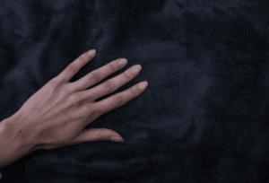 une main sur une couverture pondérée