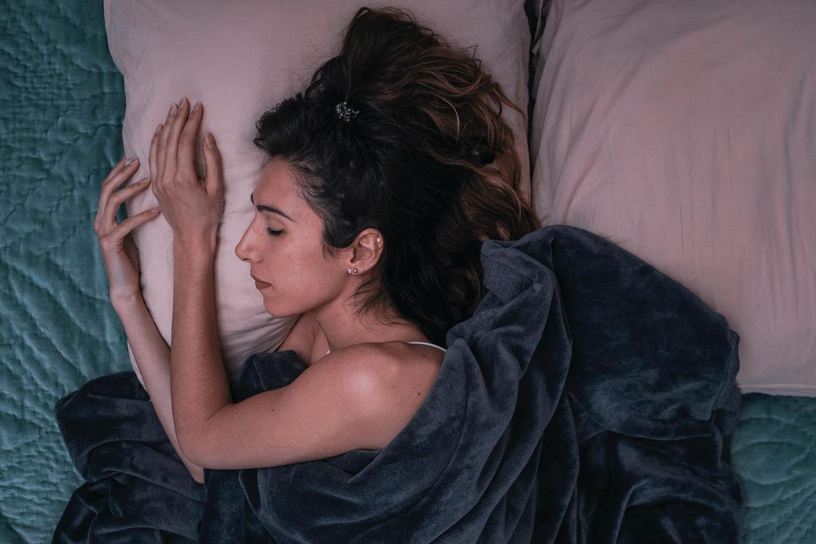 femme qui dort sous une couverture lestée hypersensibilité sensorielle