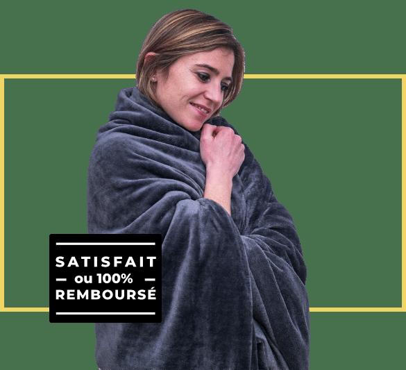 femme qui porte une couverture lestée sur ses épaules