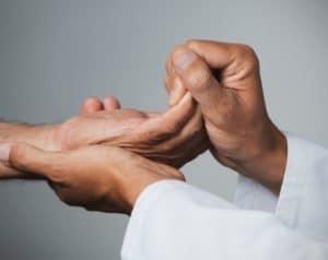 étirement des doigts par un thérapeute
