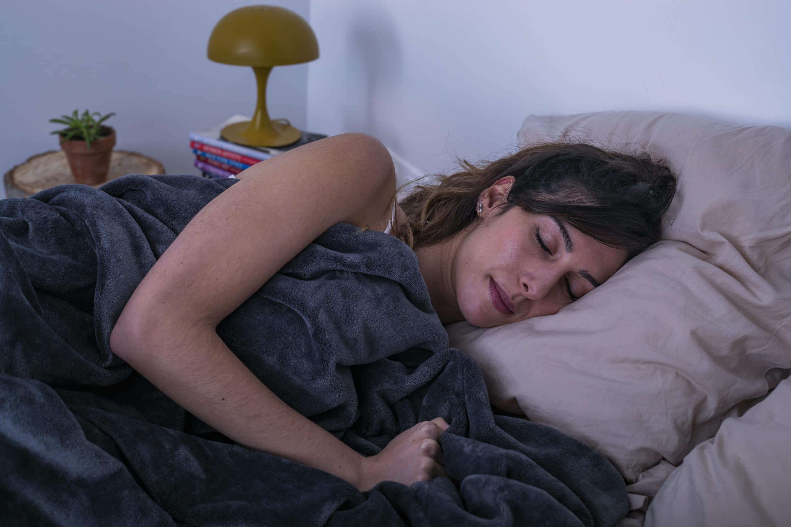femme brune couverture pondérée