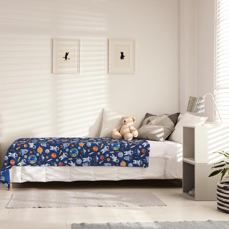 une couverture lestée sur le lit