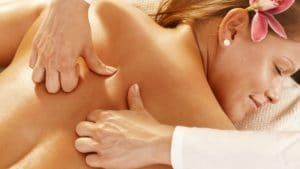 femme qui se fait masser par pression tactile